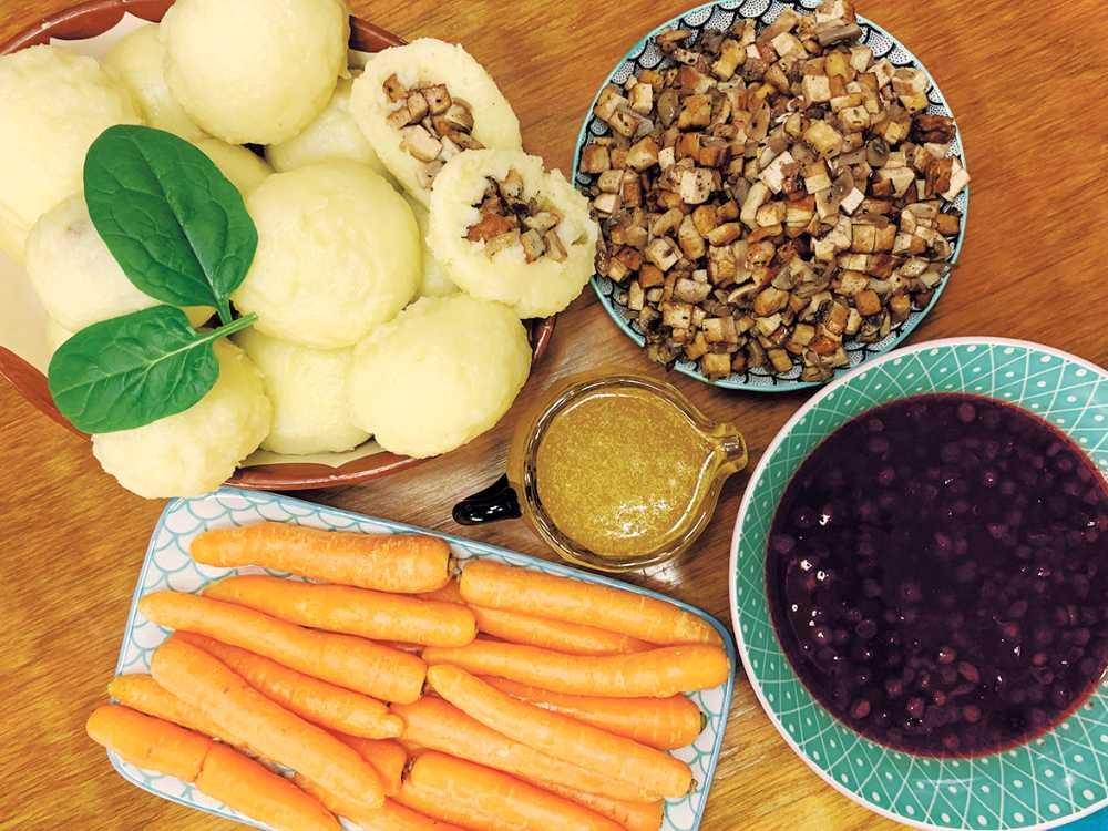 Sanna Brådings kroppkakor. Serveras med lingonsylt och snacksmorötter.
