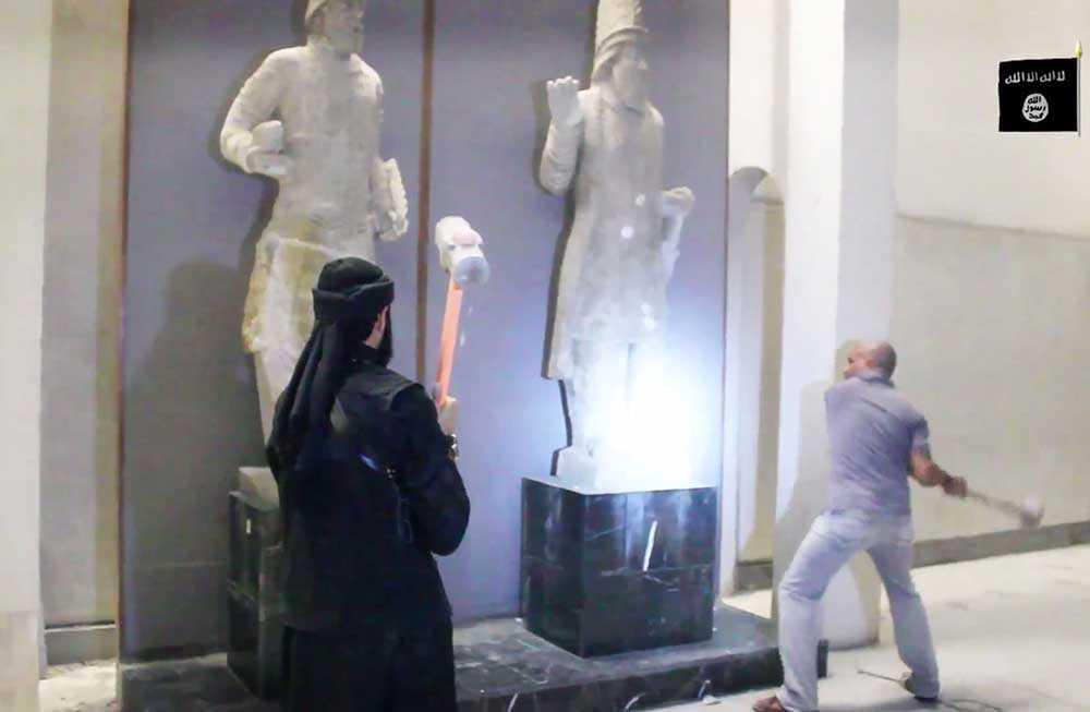 IS-krigare slår sönder antika statyer på Nineveh-museet i Mosul