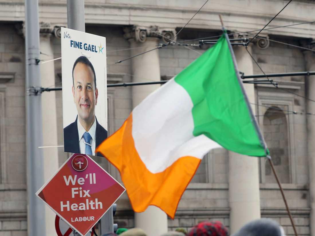 Valaffischer på en lyktstolpe i Dublin i samband med lördagens parlamentsval, där premiärminister Leo Varadkar (på affischen) hoppas bli omvald.