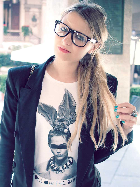 Turkost nagellack: check. Chanel-väska: check. Veronica mixar gärna trender med tidlösa klassiker.