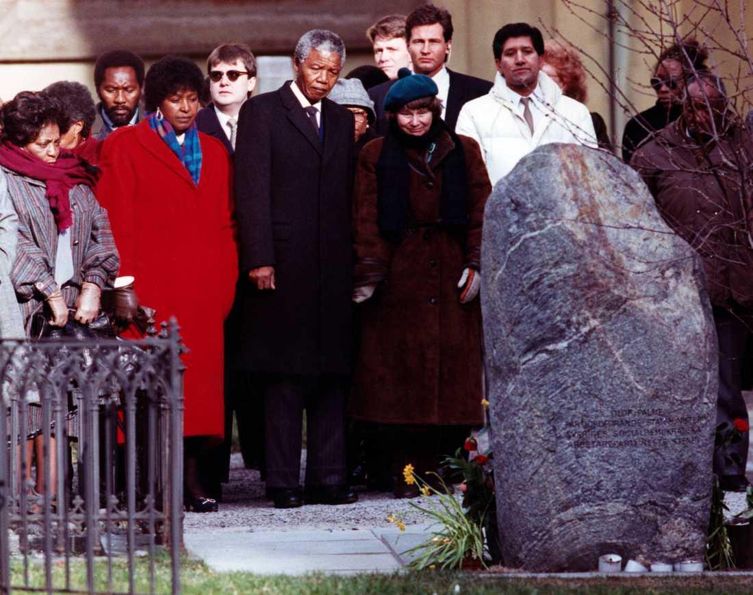 Nelson Mandela besöker Olof Palmes grav vid Adolf Fredriks kyrka i Stockholm tillsammans med bl.a sin hustru Winnie Mandela och Lisbet Palme. Mars 1990.