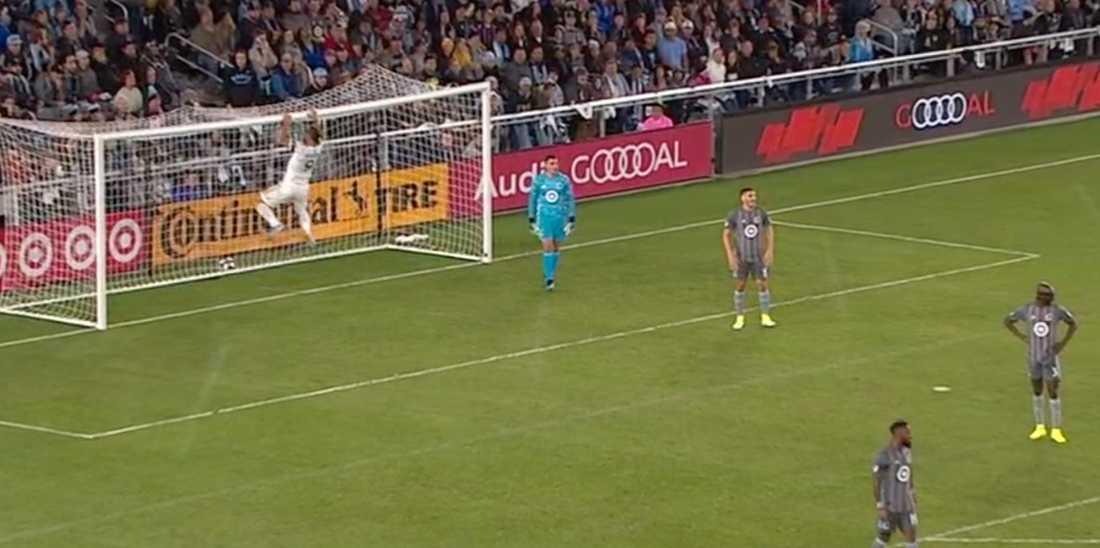 Zlatan firar 2–0-målet med akrobatik.