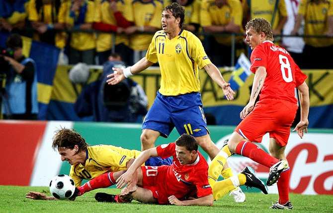 Oavgjort hade räckt mot Ryssland i sista gruppspelsmatchen men Sverige överrumplades av ryssarnas snabba spel och förlorade... Här landar Zlatan tungt medan Johan Elmander försöker påkalla domarens uppmärksamhet.