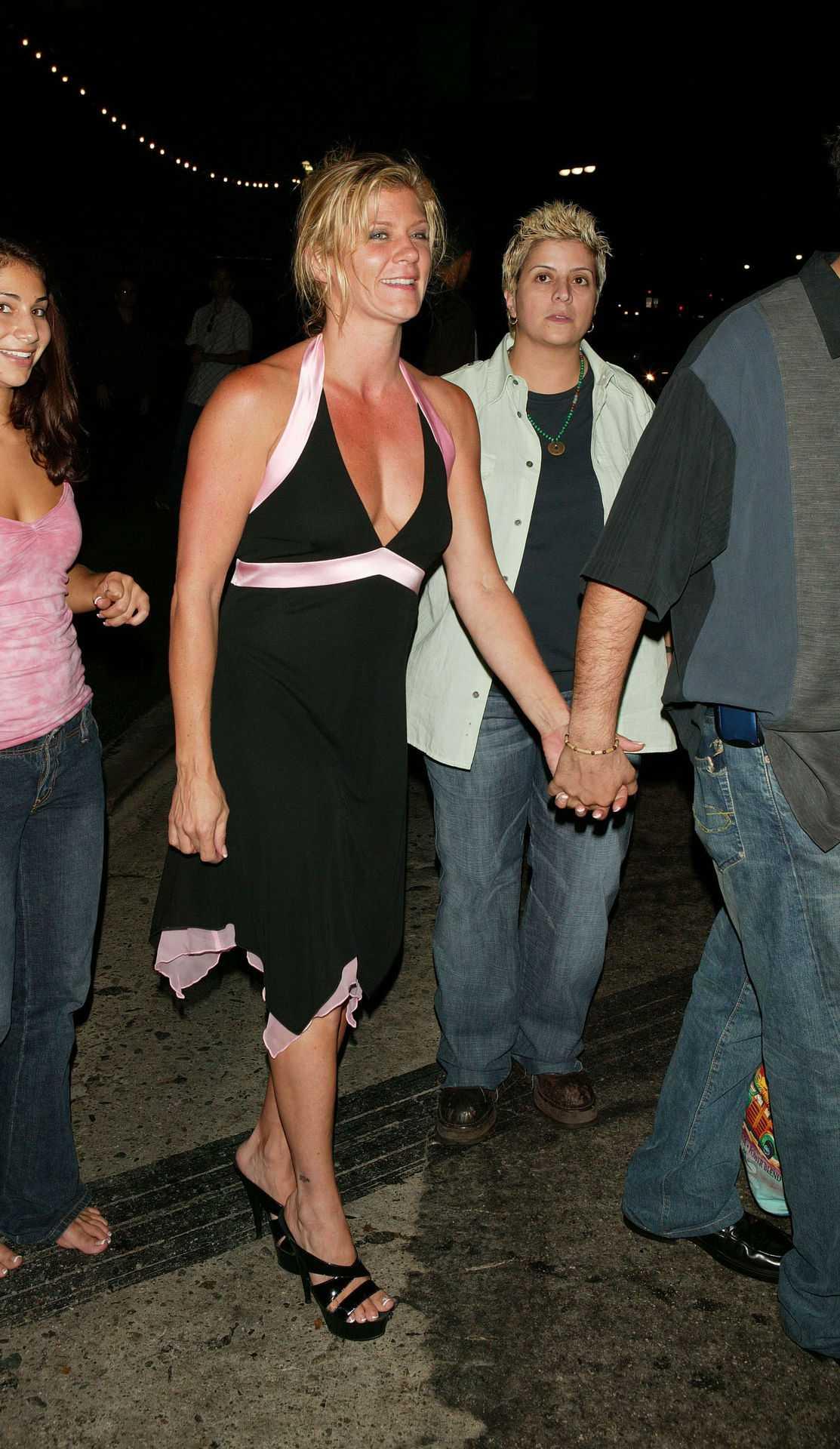 1990 Uppmärksammas för sitt förhållande med före detta porrstjärnan Ginger Lynn.