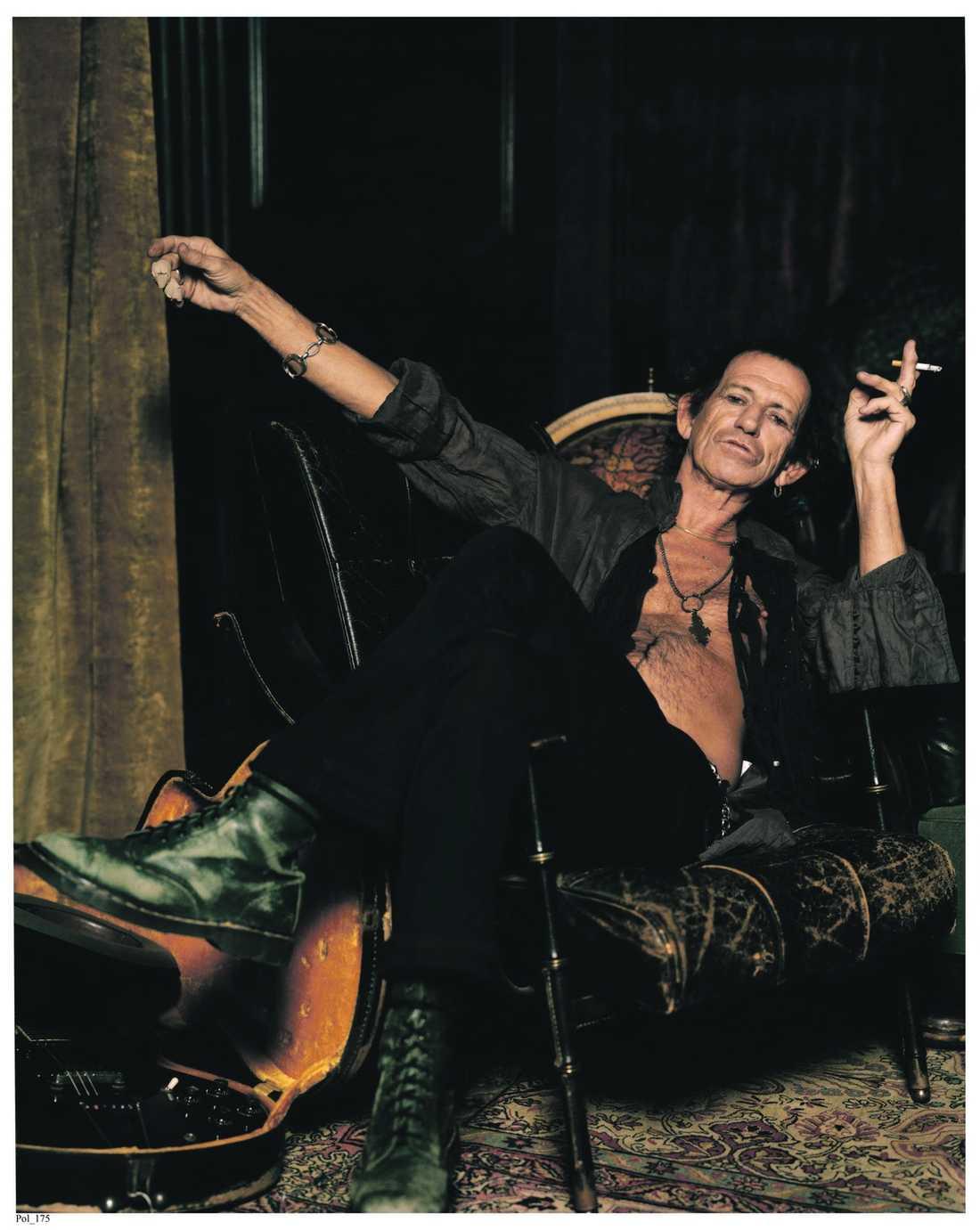 """""""Jag bär kniv – men inte nu"""" Keith Richards brukar bära en jamaicansk kniv på sig. """"Yeah. Jag bär kniv. Men jag har inte på den nu. Antagligen är det kvarleva från min tid som knarkare, när jag kunde hamna i konstiga och farliga situationer. Det känns alltid bra och tryggt att känna lite metall mot kroppen. Bara för att kunna komma undan om saker och ting blir elaka"""", säger Rolling Stones-gitarristen."""