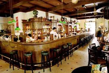 På Raffles hotell serveras 2 000 Singapore sling om dagen. Här syns den berömda Long Bar.