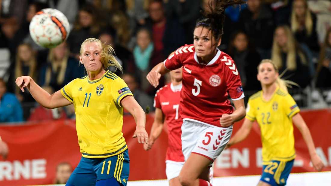 Simone Boye Sørensen i duell med Stina Blackstenius i EM-kvalmatchen mellan Danmark och Sverige i september förra året. Arkivbild.