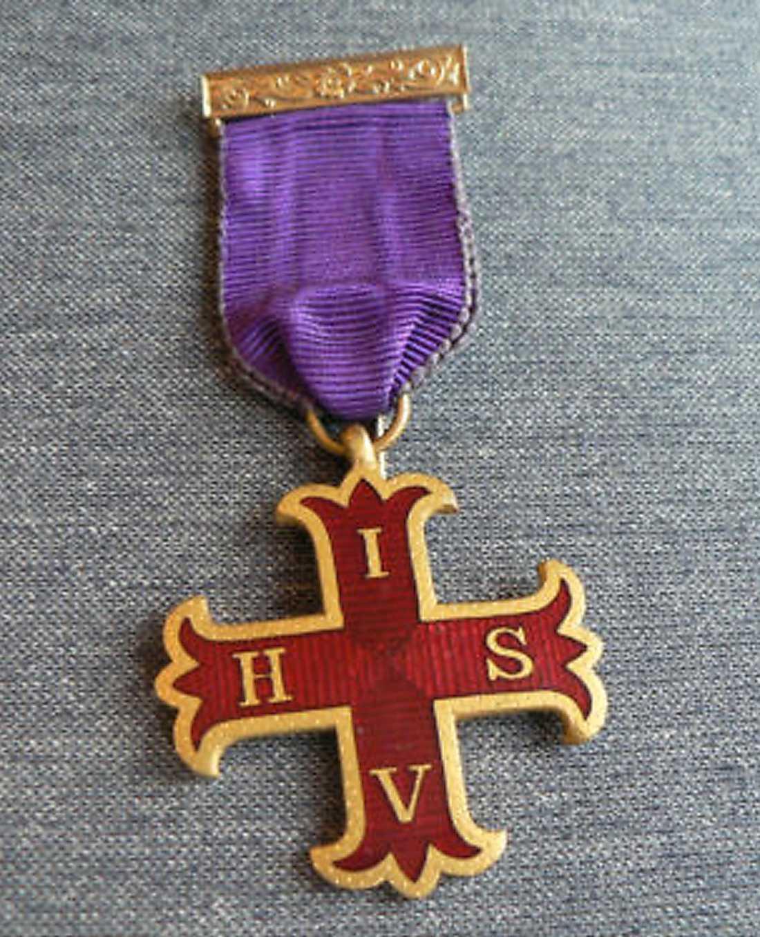 Kallas av Breivik för Red Cross of Constatine Breast Jewel. Han hävdar att det ges till dem som har tagit emot minst 15 utmärkelser i kampen mot islam. Heter egentligen Knight Companion of the Red Cross of Constantine.