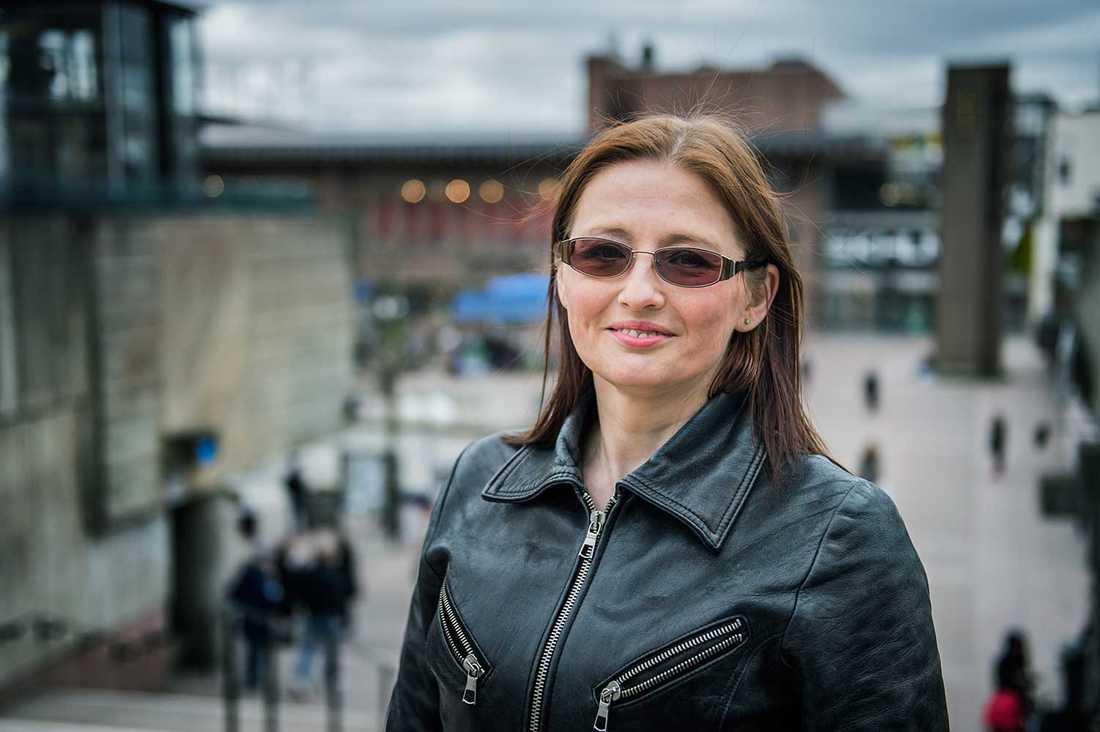 """""""Jag skulle vilja se fler födda från Sverige här, men det är också positivt med alla från andra kulturer"""", säger Natalja Zinovjeva, 45, om Skärholmen."""