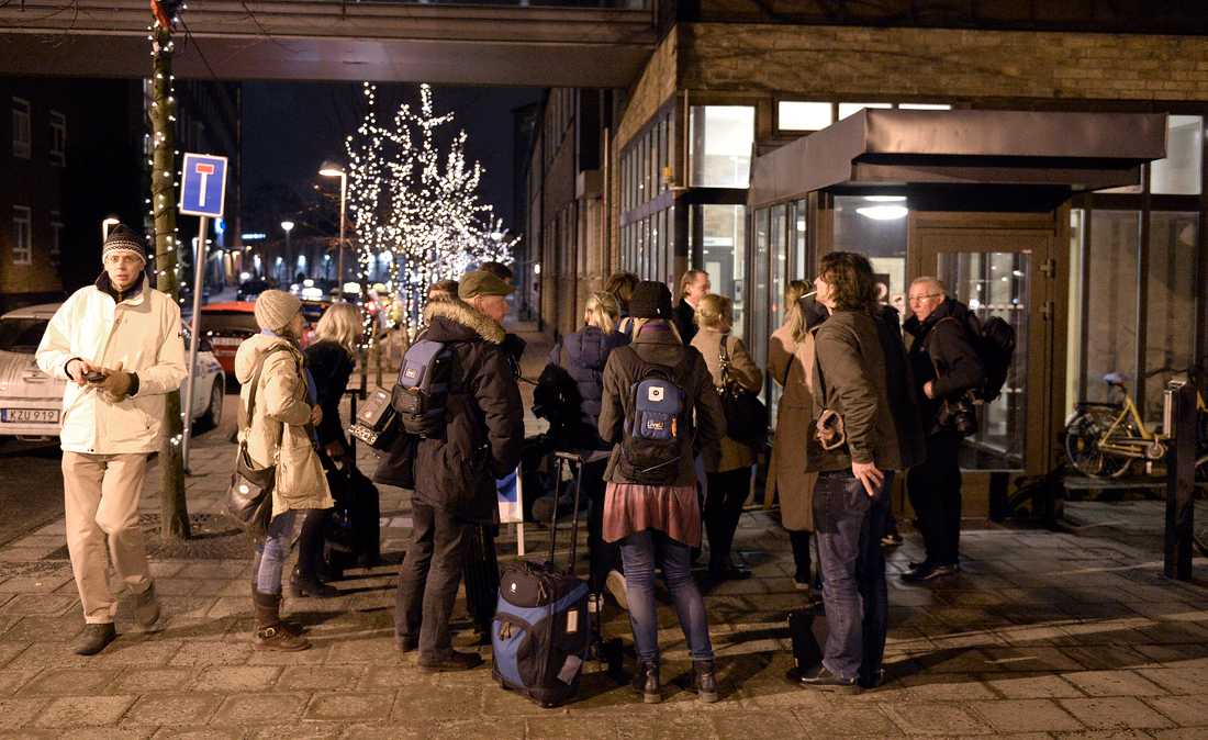 Media samlas utanför Karolinska sjukhuset i Solna.