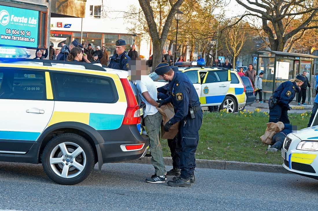Fyra personer grips av polis efter skjutning i Hässelby Gård.
