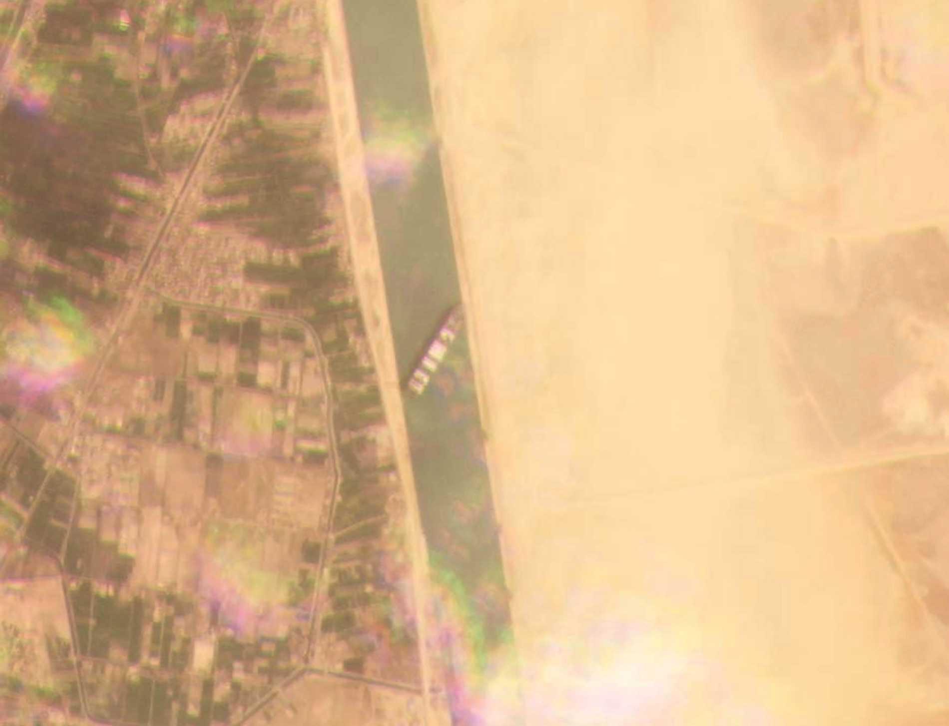Det fastkilade jättefartyget ligger på tvären i Suezkanalen.