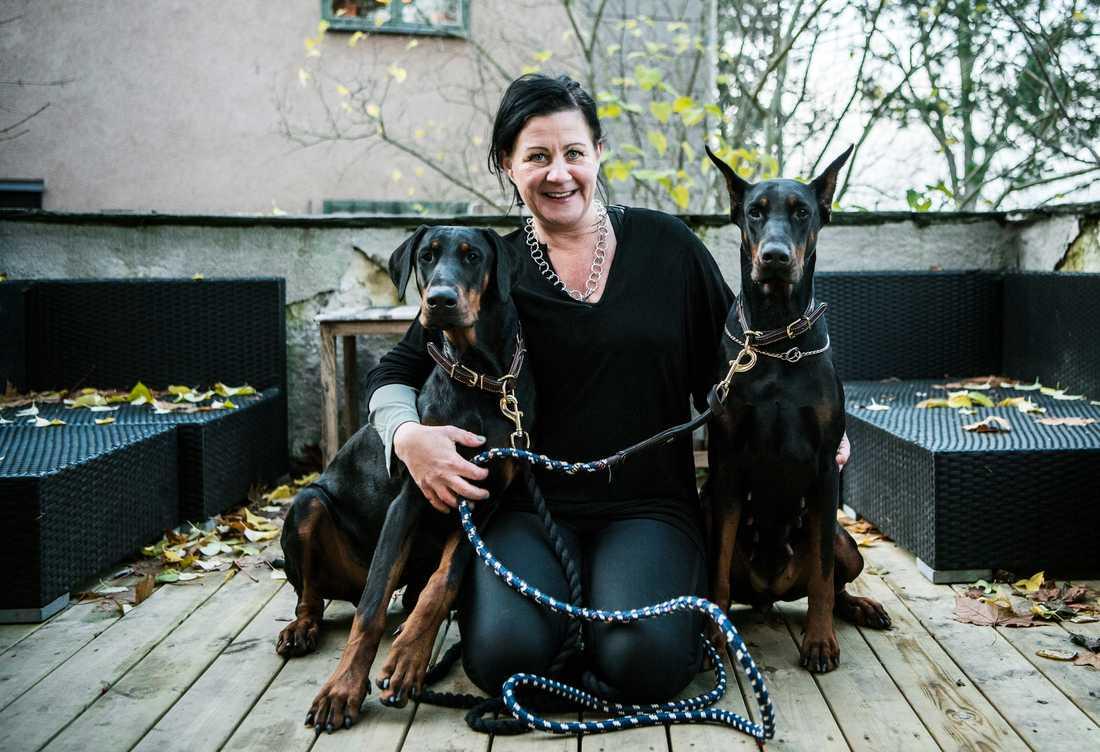 Anna-Karin har själv hundarna Inca och Vito (som hade öronen kuperade innan han kom till henne), som jobbar på boendet.