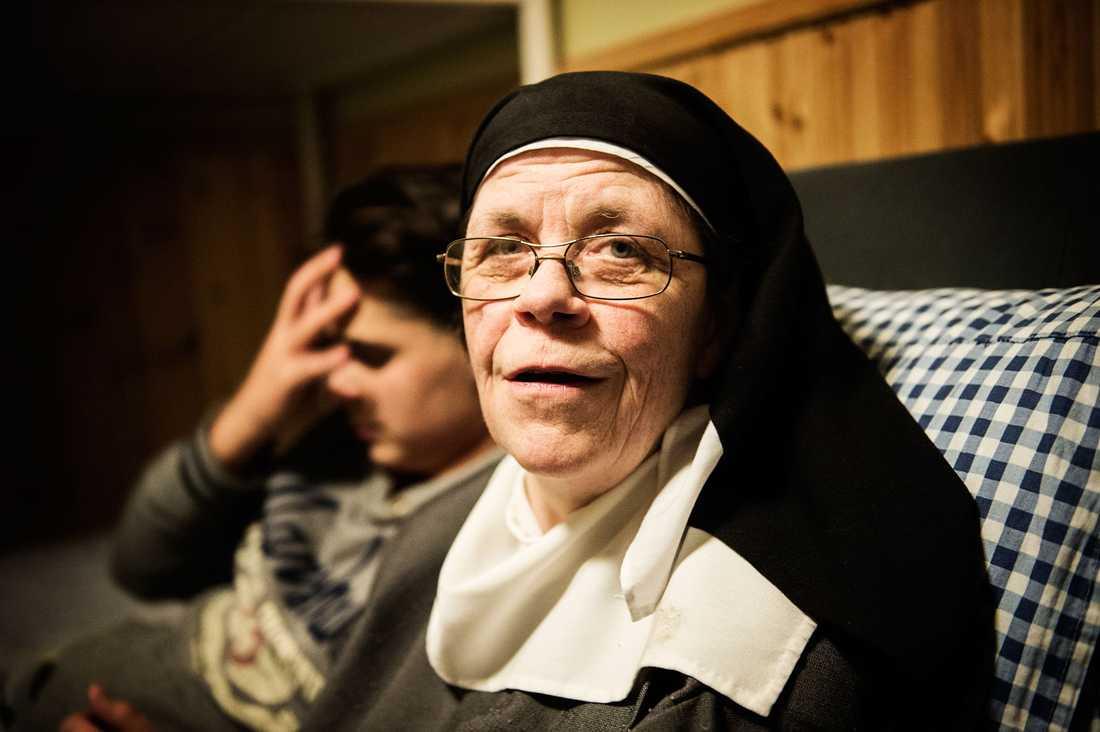 Syster Karin har många års erfarenhet av att hjälpa människor på flykt. –Inte ens Sverige kunde skydda Fadime. Hur ska Kosovo kunna skydda Altin och hans föräldrar, säger hon.