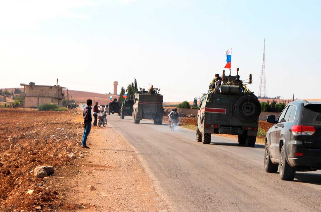 Ryska styrkor patrullerar gränsområdet vid Kobani i Syrien.