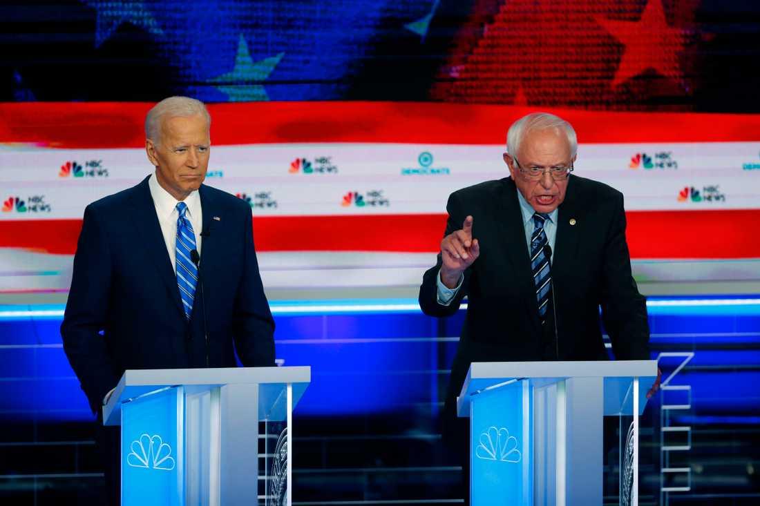 Demokratiska presidentkandidaterna Joe Biden och Bernie Sanders under debatten i Miami.