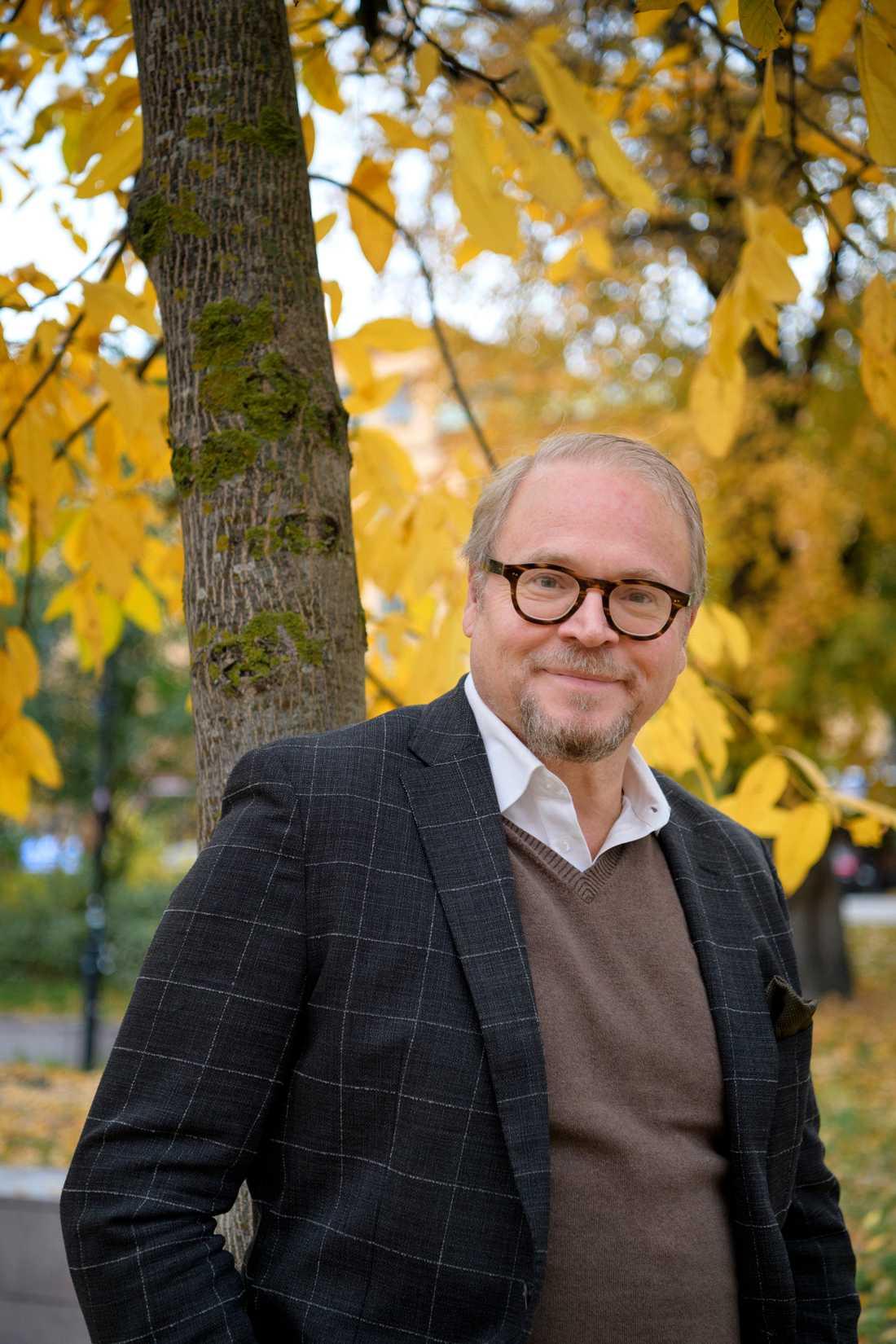 """Fredrik Lindström intresserade sig för språkhistoria redan tidigt och minns tydligt när """"Aktuellt"""" släppte fram sin första nyhetsuppläsare som talade skånska: Mats Weiland."""