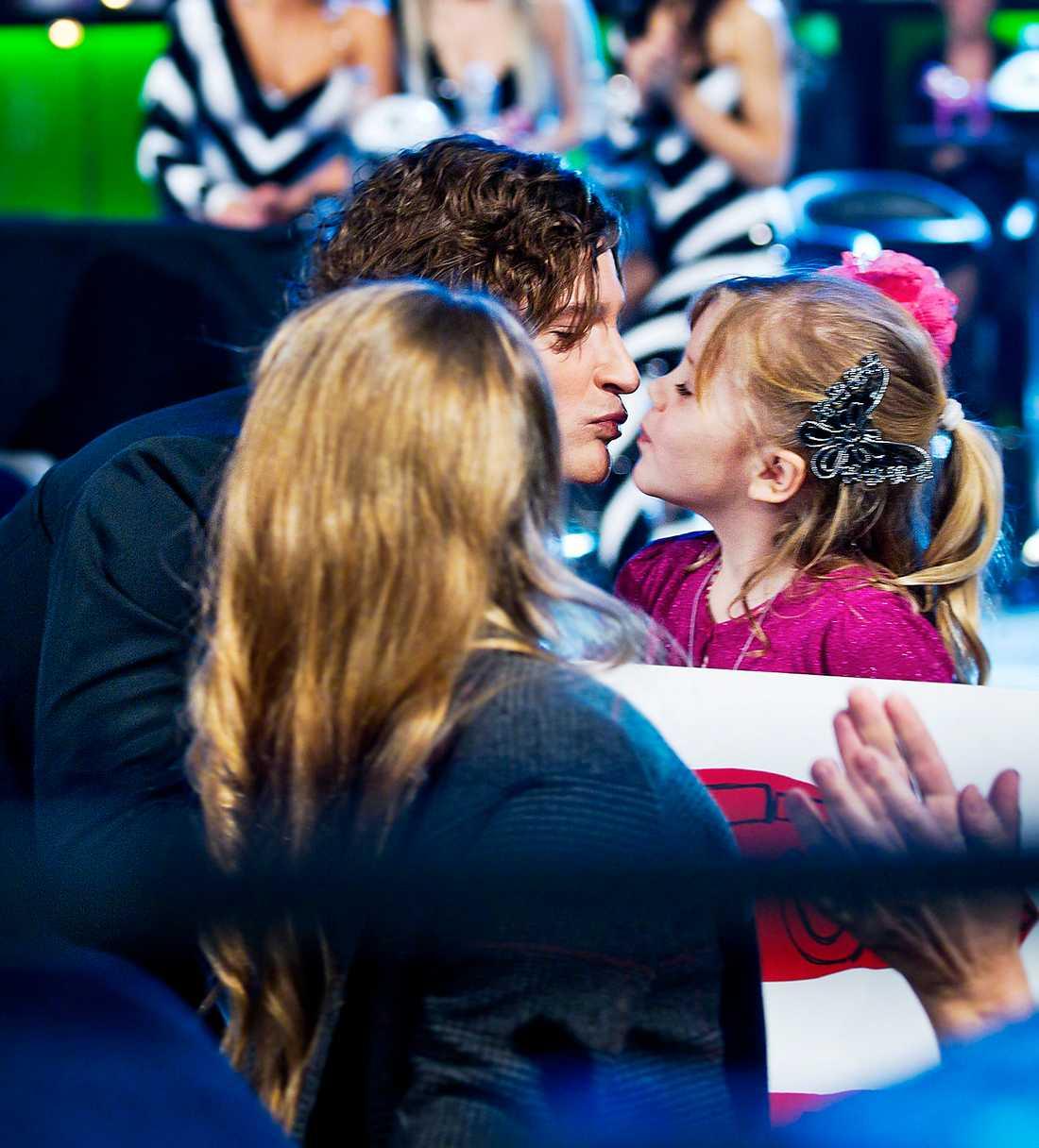 """På genrepet stannade Andreas Johnson till på catwalken för ett puss och kramkalas innan han skulle upp på scen. I publiken satt hans dotter Ella, 5, och fru Lisa och hejade på honom. """"Det är så skönt att vara här efter allt som hänt"""", säger hustrun. Foto: MAGNUS SANDBERG"""