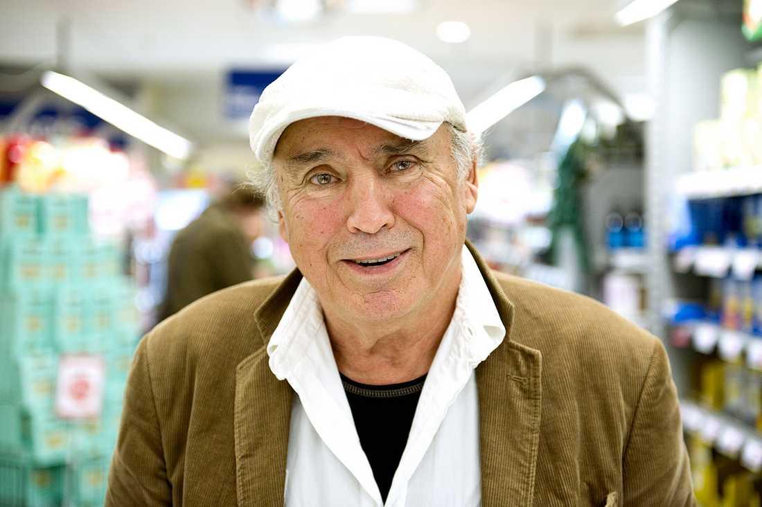 ÄR MATEN FÖR DYR I SVERIGE Carlos Berå, 75, pensionär, Stockholm: – Nej, det tycker jag inte. Det är normala priser och jag tycker maten håller bra kvalitet.