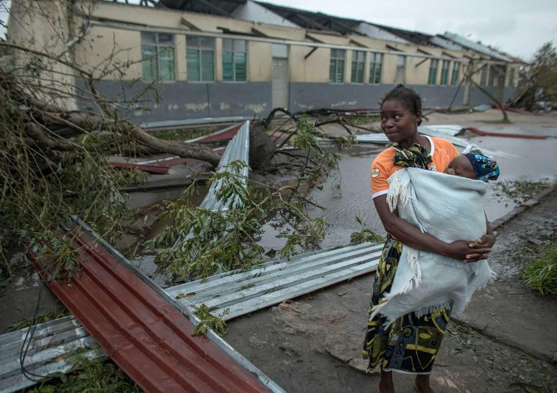 Människor i Beira tar skydd i skolor med avblåst tak. 90 procent av staden förstördes i cyklonen.