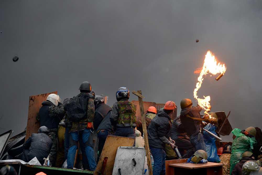Molotov cocktails och stenar haglar över slagfältet från både demonstranter och poliser.