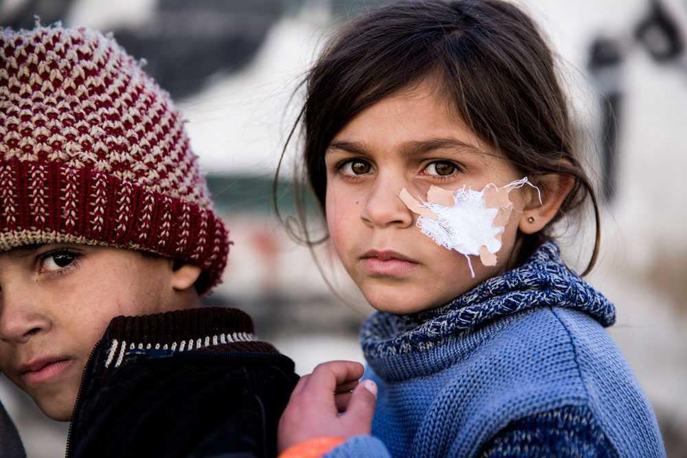 NICLAS HAMMARSTRÖM Frusna men vid liv. Bara någon dag efter granat attacken är dom på benen. Men ständiga flyg attacker och bomber sätter sina spår. Många vill lämna landet men få kan eller har råd.
