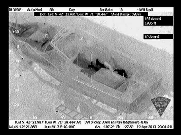Dzjochar Tsarnajev ligger i båten, sedd genom en värmekamera.