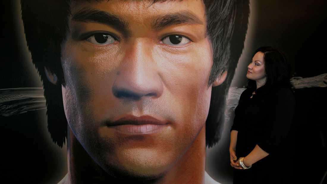 """Shannon Lee är inte nöjd med hur hennes pappas rollfigur behandlas i filmen """"Once upon a time in Hollywood"""". BIlden är från ett tidigare tillfälle, från en utställning om Bruce Lees liv."""