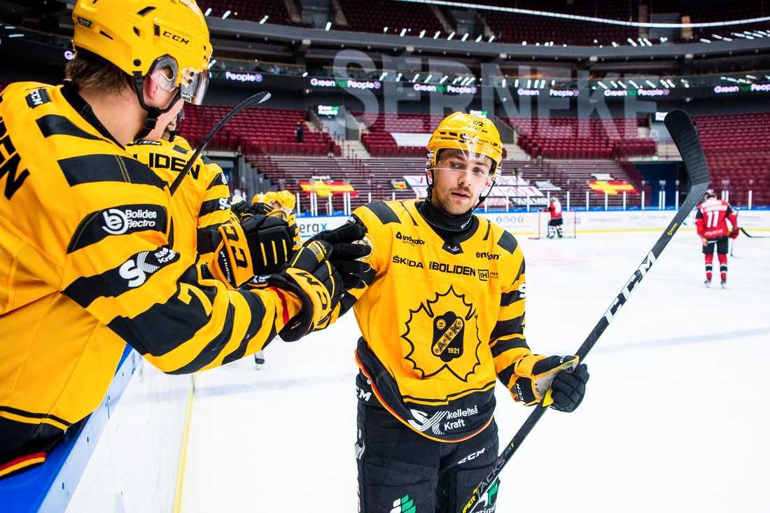 Arvid Lundberg i Skellefteå jublar efter sitt 2–1-mål.