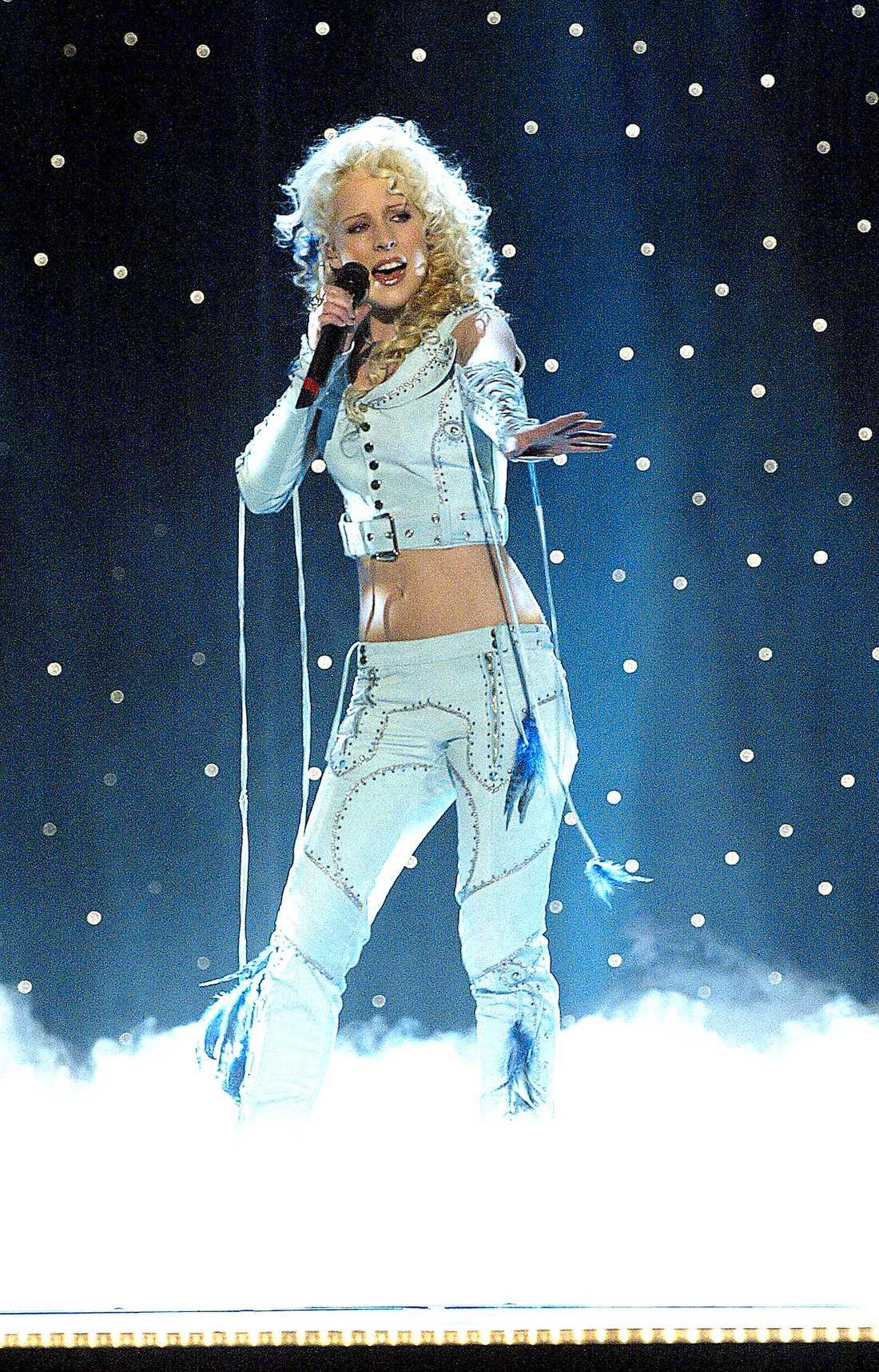 Umeå 2004. I dag skulle Sandra Dahlbergs outfit i schlagertävlingen 2004 vara Klimpfjälls svar på Lady Gaga. Totalt oförståeligt men ändå ett plagg. Eller två. Eller delar av flera. Blått skinn, marinblå fjädrar, nitar och flätade ärmar tog den norrländska guldlocken till en åttondeplats i tävlingen.