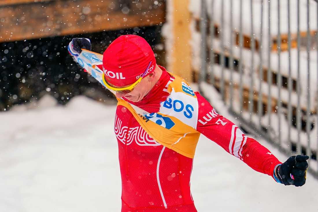 Alexander Bolsjunov river sönder sin gula ledarväst sedan han tappat Ski Tour-segern efter en rysk vallamiss på den avslutande etappen.