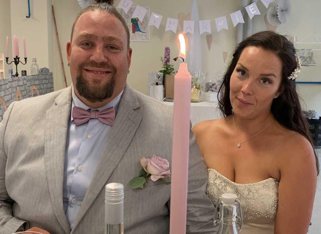 Nano Omar och Frida Blum njuter av bröllopet