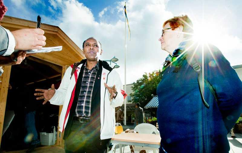 De socialdemokratiska valarbetarna Abebe Hailu och Kerstin Aggefors är sorgsna av tre skäl i dag. Att sossarna förlorade. Att ett främlingsfientligt parti valts in i riksdagen och att bara 54 procent av Rinkebys invånare gick till valurnorna.