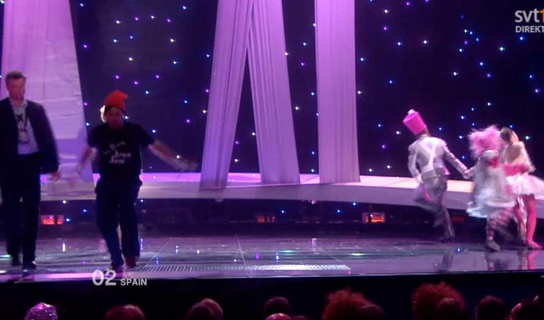 Jimmy Jump upptäcker vakterna som är på väg mot honom och lämnar scenen.