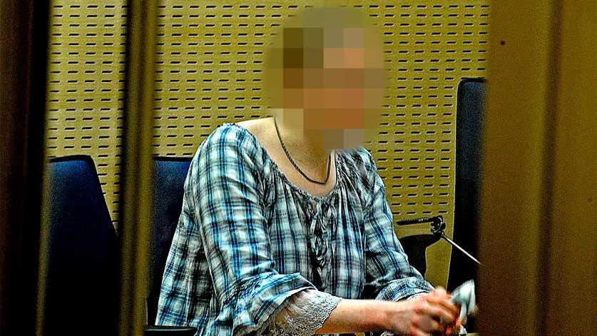SÖDERMALM, 2010 Påstår att hon dödade sin pappa med hans godkännande   Den 22-åriga kvinnan hade druckit öl tillsammans med sin pappa på Södermalm i Stockholm den 4 november 2010. De blev båda allt mer berusade och i en soffa på hotell Clarion berättade dottern att hon hade tankar på att döda någon. Fadern svarade då, enligt dottern, att i så fall fick hon döda honom. Senare under natten gick de till en avskild plats och dottern högg där sin pappa i hjärtat med en kniv. Hon dömdes av hovrätten till sex års fängelse för dråp.