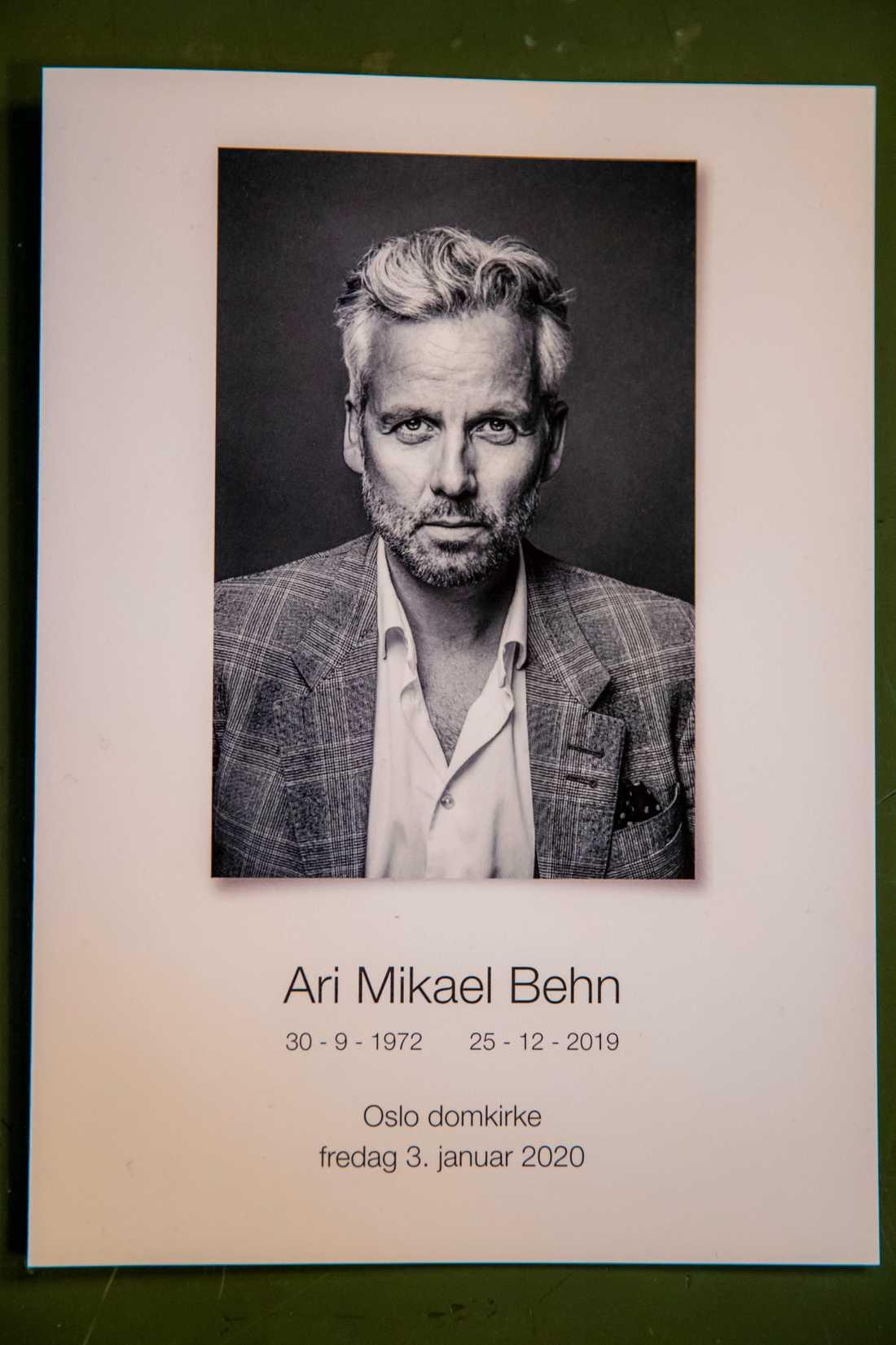 Fotografen och Ari Behns nära vän Per Heimli har tagit bilden till programbladet på första sidan inför Ari Behns begravning i Oslo domkirke.