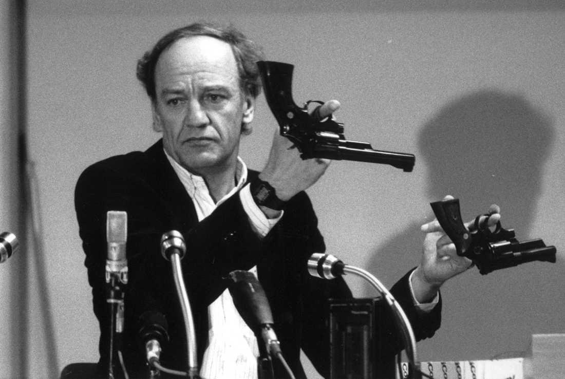 Hans Holmér var länspolismästare i Stockholm och tog inledningsvis rollen som spaningsledare för Palmeutredningen. Bilden från en presskonferens i mars 1986.