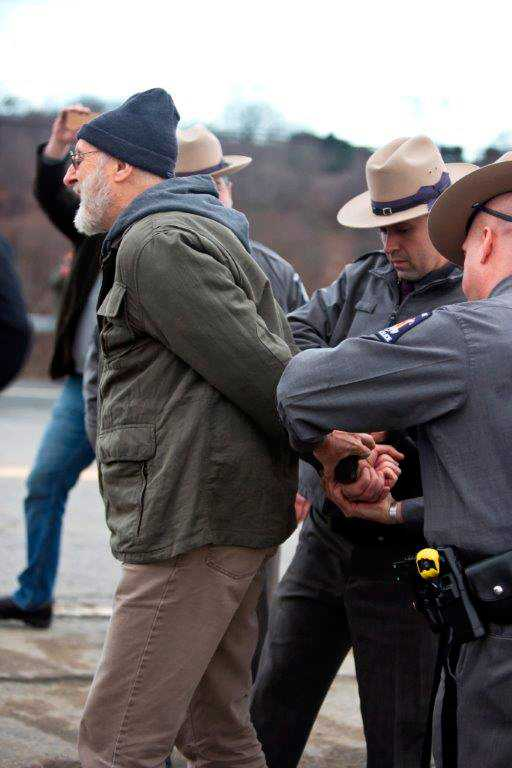 James Cromwell förs bort av polis under en tidigare protest.
