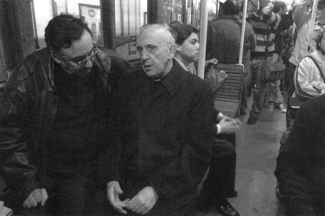 Den nye påven åker tunnelbana och pratar med en man på en bild från 2009. Han är känd för sina enkla vanor.