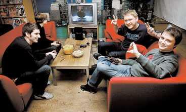 """Virto - vinnaren Musikpanelen bestående av Jonna Sima, Andrev Bergström, Fredrik Virtanen och Markus Larsson har just gjort upp om segern i """"Buzz! – the music quiz"""", som innehåller 1000 låtar och 5000 frågor. """"Det här är jättekul, även om det är lite synd att det är karaokeversioner av låtarna"""", säger Fredrik."""