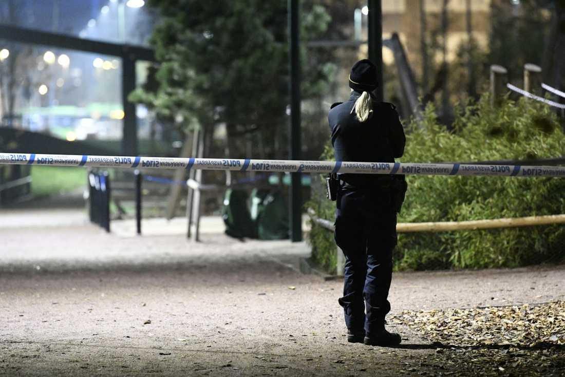 Poliser har spärrat av vid Almviksvägen i Hyllie i Malmö, där ett misstänkt grovt brott har skett.