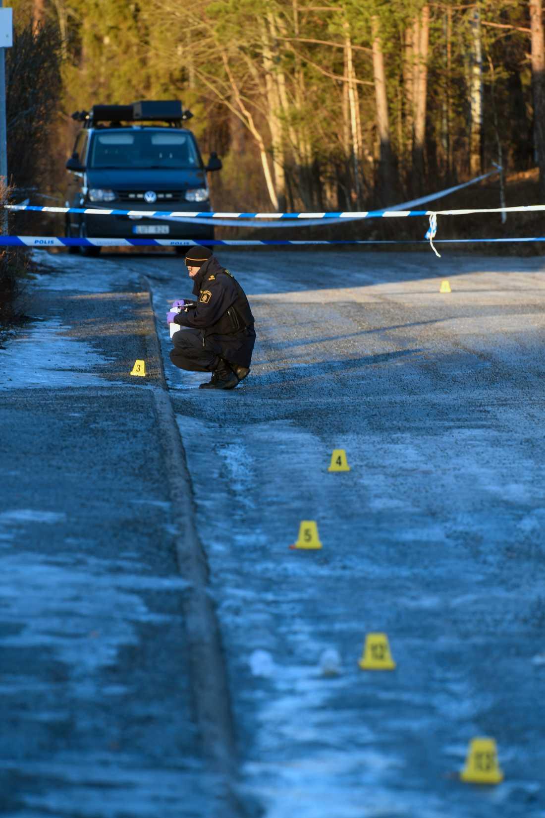 Misstänkt mord i radhusområde i Täby. Tekniker undersöker platsen