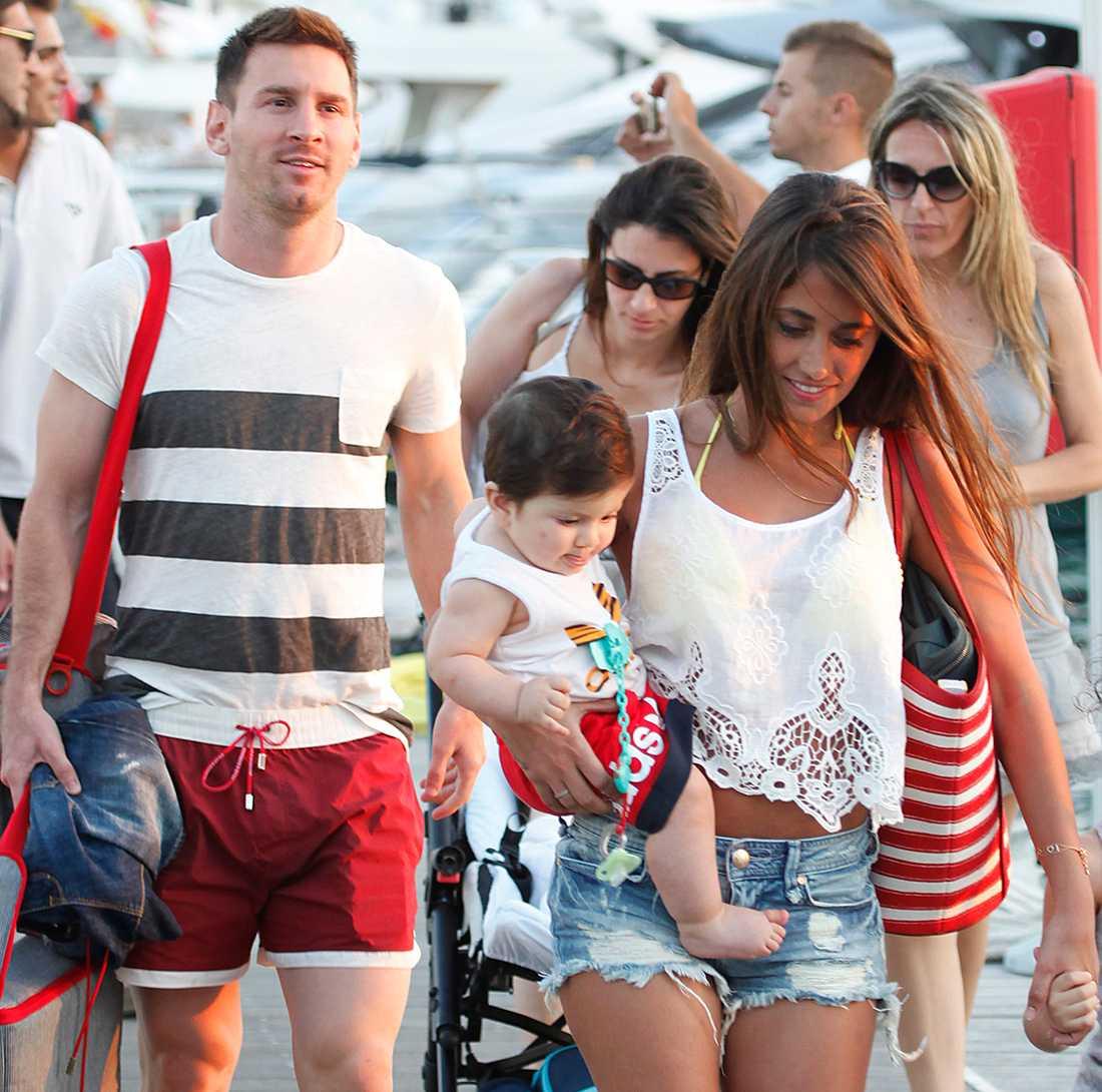Lionel Messi med Antonella Roccuzzo och sonen Thiago på Ibiza.