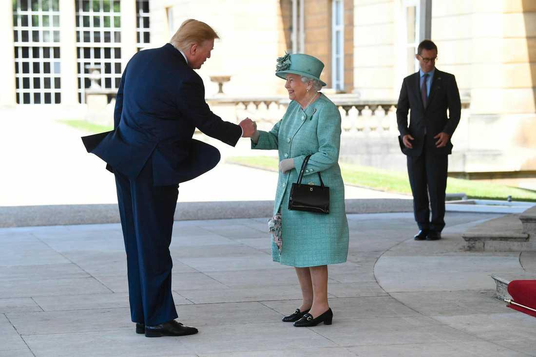 USA:s president Donalt Trump tas emot av drottning Elizabeth II på statsbesök i Storbritannien.