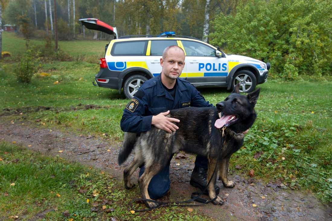– Det är fantastiskt när man kan rädda någon eller fånga den där tjuven tack vare hundarnas fantastiska luktsinne. Jag hoppas att man inser nyttan och satsar mer på hundverksamheten. Vi ska vara 15 enbart i Uppsala, men är bara fem godkända hundförare nu, säger han.
