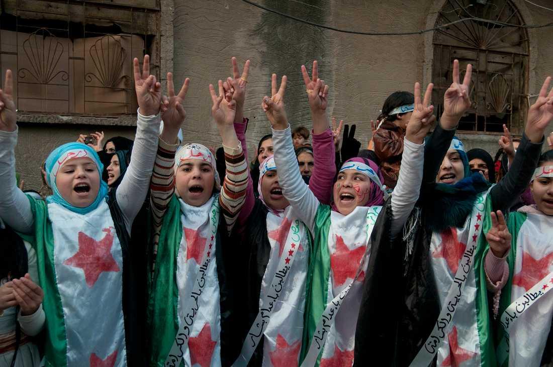 Regimkritiska demonstranter under en protest i Homs i Syrien 2011. Arkivbild.