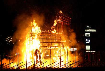 """En av många brasor 2005 brann Gävles julbock. Enligt vittnen sågs """"pepparkaksgubben"""" och """"jultomten"""" springa från platsen."""