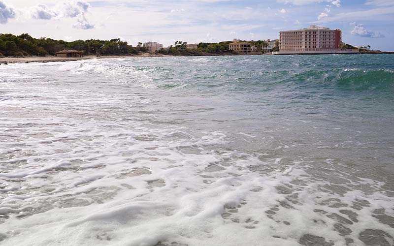 """Stranden Estrenc på den norra delen av Mallorca, är en av öns """"pärlor"""" enligt Carlos Sarmiento hos Spanska Turistbyrån"""