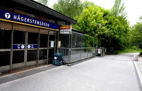 En 26-årig kvinna var på väg hem genom Hägerstensåsen i södra Stockholm när hon slogs till marken av en maskerad okänd gärningsman.