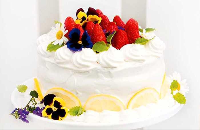 Fräsch sommartårta med jordgubbar och citron.